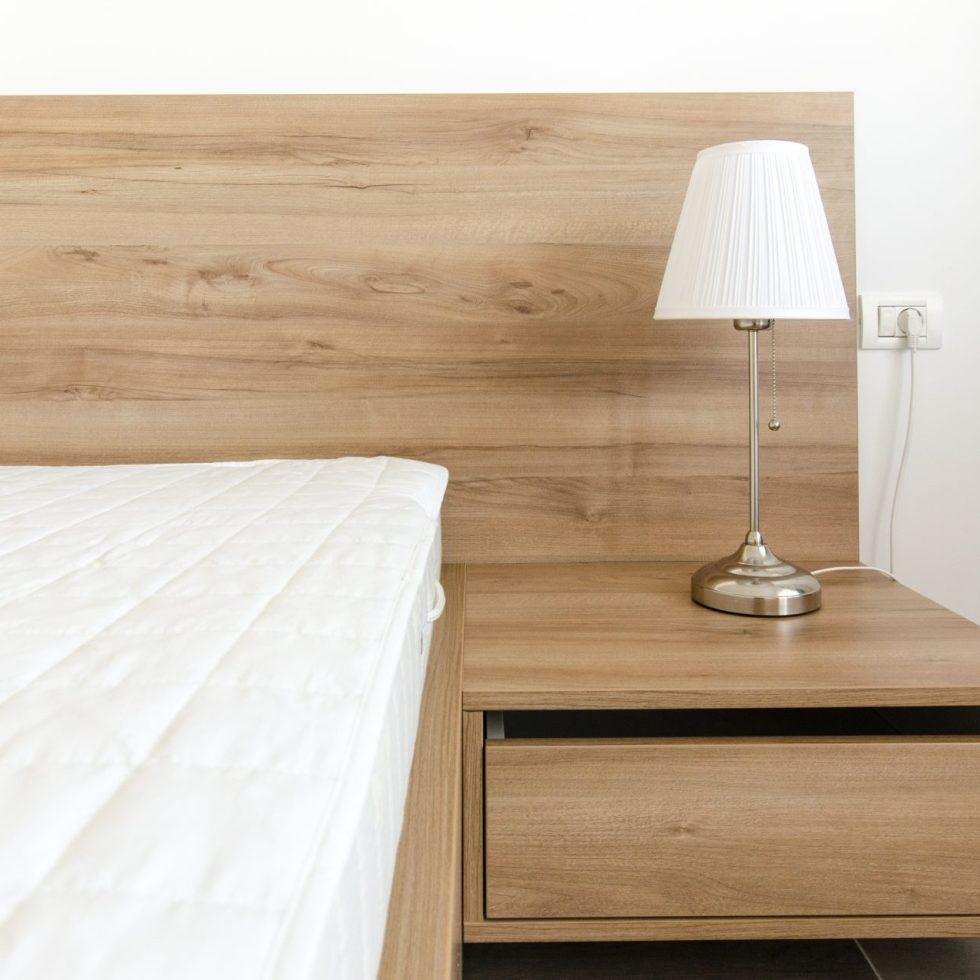 amenajare interioara dormitor noptiera lemn